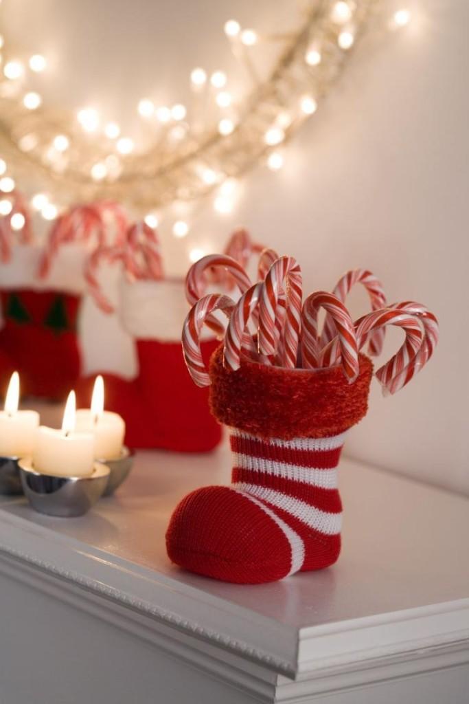 deko-weihnachten-wohnzimmer-zuckerstangen-kerzen-lichterketten